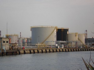 Petroleum_storage_tanks_at_yokohama