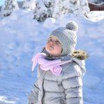 冬景色を見る子供