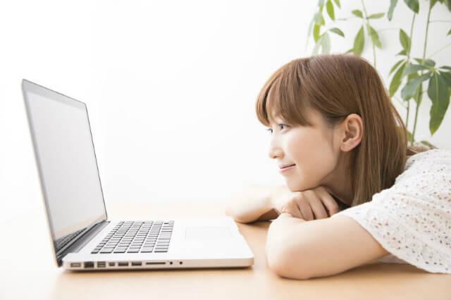 パソコンを楽しそうに見る女性