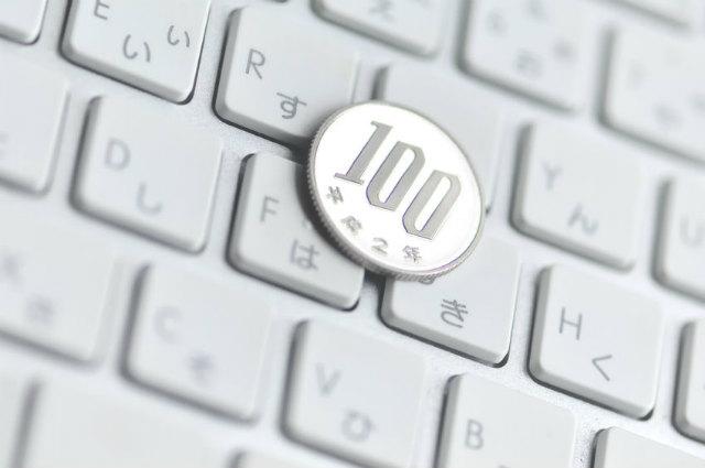 100円とキーボード