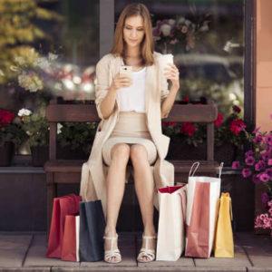 買物する女性