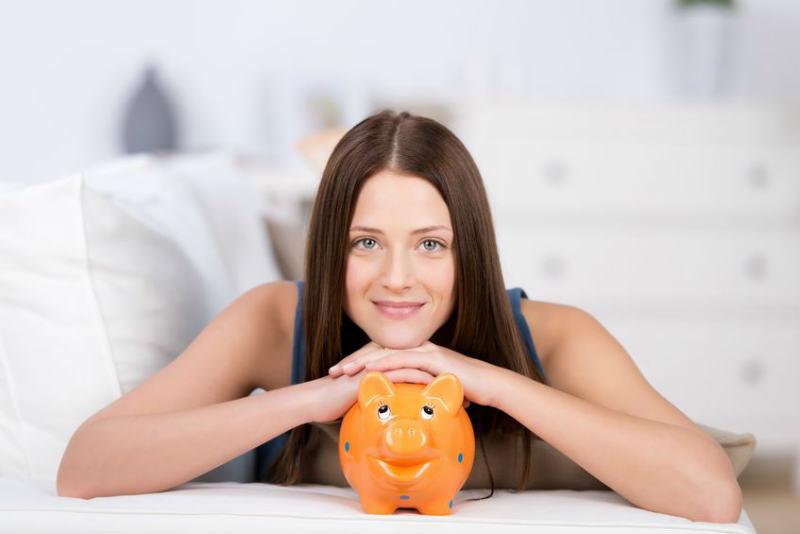 貯金を喜ぶ女性