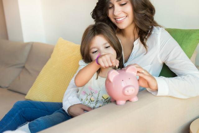 貯金する家族