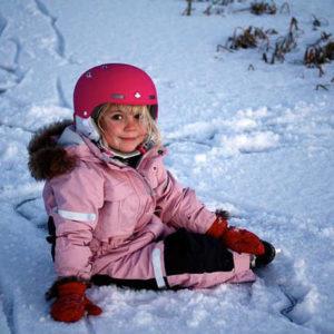 雪遊びする少女