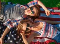 アメリカ国旗で寝る女性