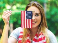 アメリカ国旗を持つ女性