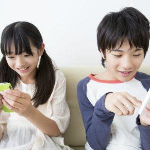 スマートフォンを使う子供