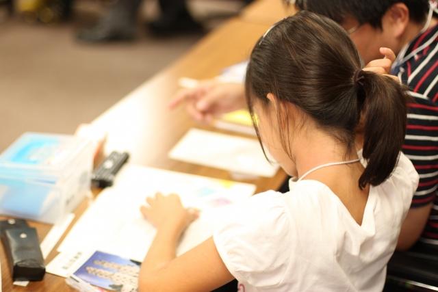 夏休みの勉強をする子供