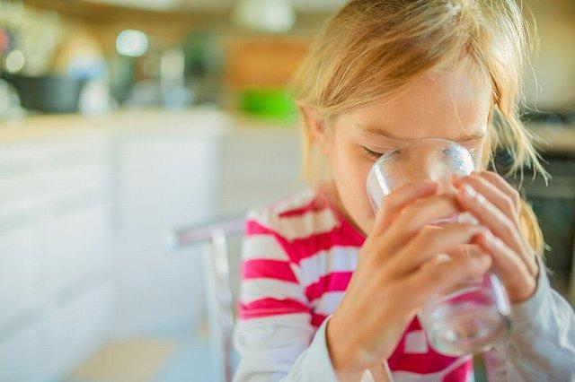 水を飲む子供