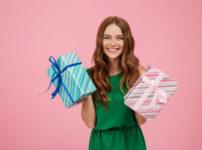 プレゼントをもらって喜ぶ女性